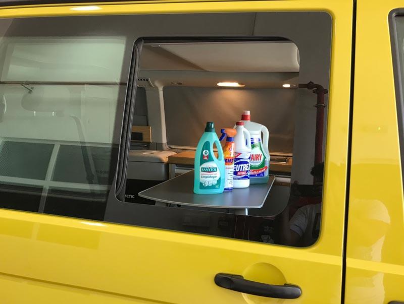 Limpieza con productos desinfectantes en Caracolvan